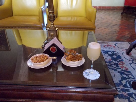 Belmond Hotel Monasterio: Pisco sour and snacks in the lounge