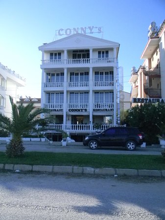 Conny's Hotel: Front view.