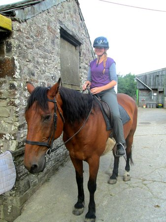Gooseham Barton Stables & Farm Cottages: Riding one of the horses!