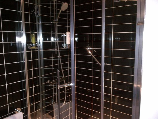 Holiday Inn Express Dunstable: shower