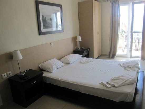 """Rachoni Bay : """"Renovated"""" superior room, but picture can't show how bad is in reality..."""