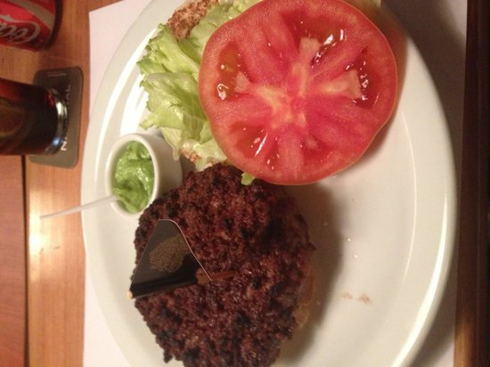 Hamburgueria Nacional: Superburguer com molho verde e salada