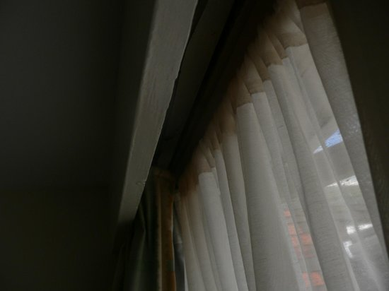 Russell Court Hotel: brown curtains
