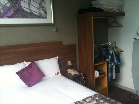 Jurys Inn Leeds: Bedroom area