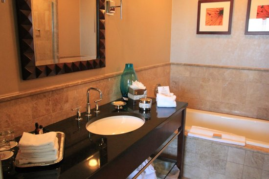 Palm Beach Marriott Singer Island Beach Resort & Spa: Badezimmer mit seperater Dusche