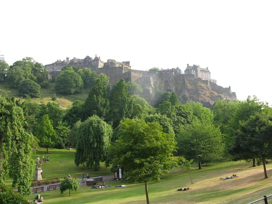 View at Edinburgh Castle from Princess Street Gardens - Picture of ...