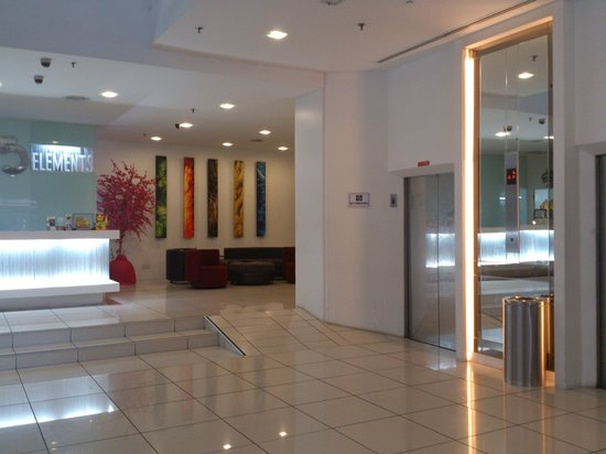 The 5 Elements Hotel : Front desk