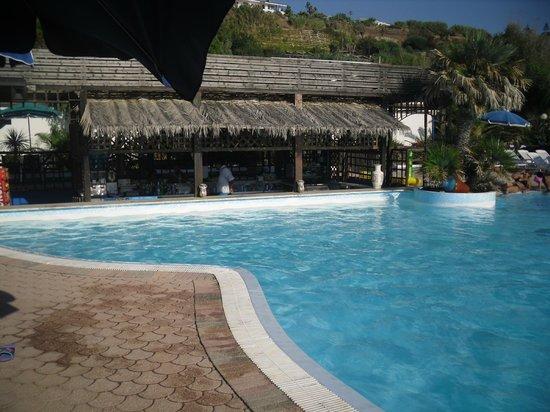 Villaggio Club Agrumeto: bellissimo il bar dentro la piscina