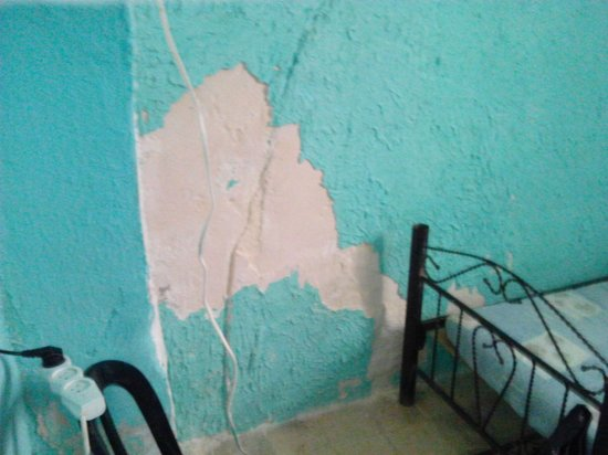 Petra Hotel & Hostel: Paint peeling off wall room