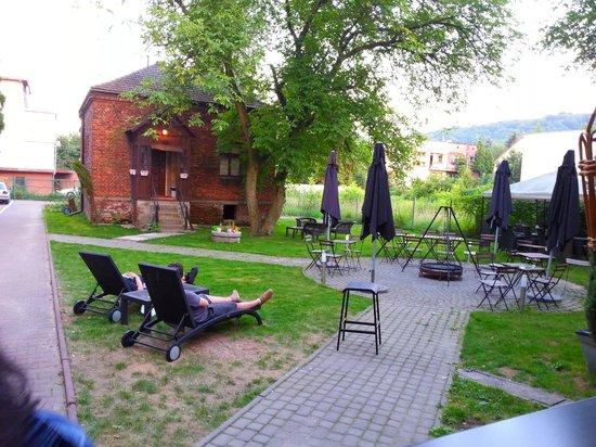 4.Friends Hostel: Giardino con Barbeque