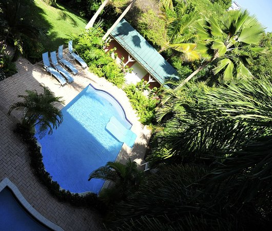 Dos Angeles Del Mar Bed and Breakfast : Pool area as seen from the rooms access balcony.