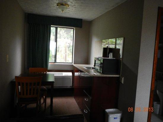 Rodeway Inn Branford: kitchen