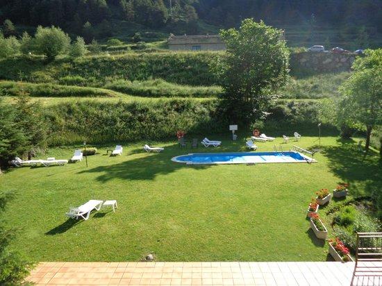 Xalet Verdu Hotel: Zwembad in de tuin van het hotel