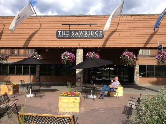 Sawridge Inn and Conference Centre Jasper: Very attractive hotel inside and out
