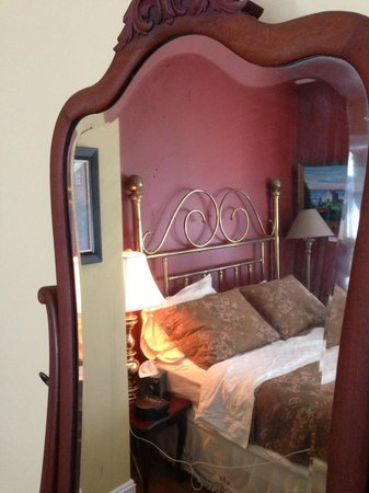Ripples Inn at the Harbor: Mirror with Bed