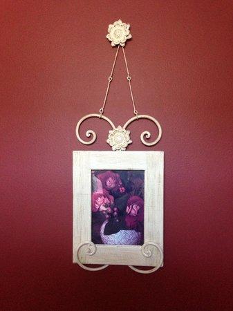 Ripples Inn at the Harbor : Art in Bathroom