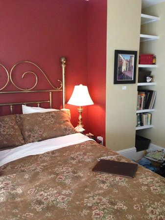 Ripples Inn at the Harbor: Bed and book niche