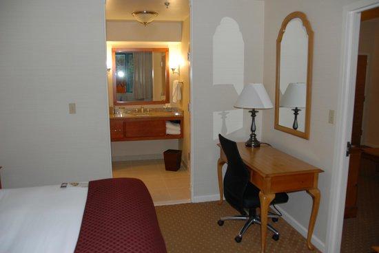 DoubleTree Suites by Hilton Hotel Mt. Laurel: Bedroom/bathroom entrance