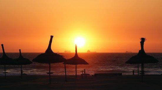 Sofitel Agadir Royal Bay Resort: Sonnenuntergang am Hotelstrand