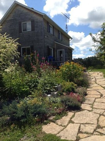 The Garlic Patch Bed & Breakfast: Beautiful landscaping surrounding the house..!
