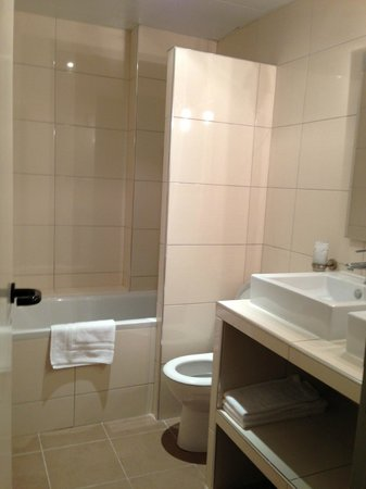 Hotel Cosmotel: Bathroom was spacious