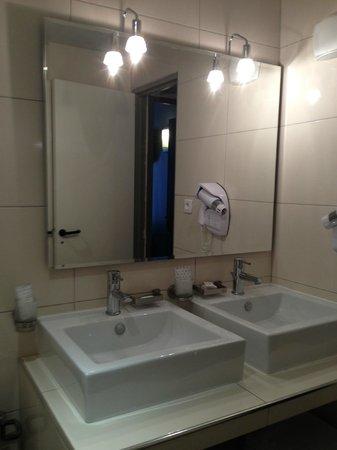 Hotel Cosmotel : Bathroom