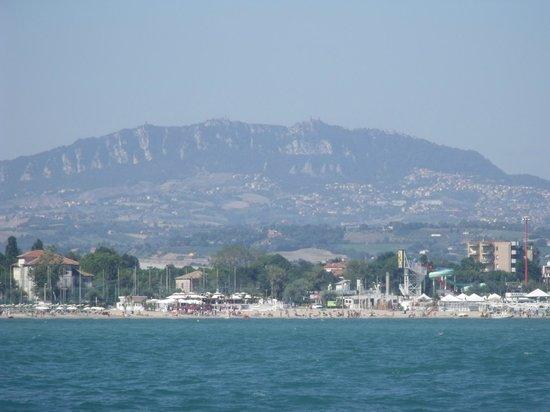 Hotel Albicocco: vue de la plage et du parc aquatique depuis la mer