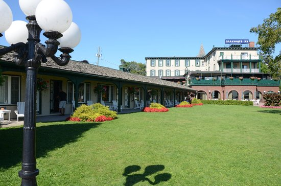 The Gananoque Inn and Spa: Waterfront cottages and dining patio