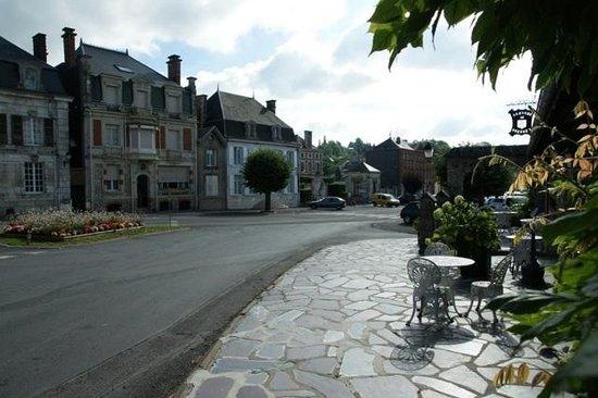 Auberge de l'Abbaye : Main street and hotel