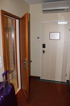 Hotel Alpha: Entrada de la habitación