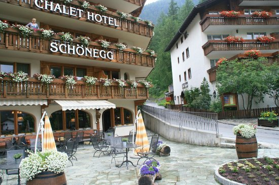 Chalet Hotel Schoenegg: And from down on the Schoenegg's terrace, our balcony was below and to the right of the last 'G'