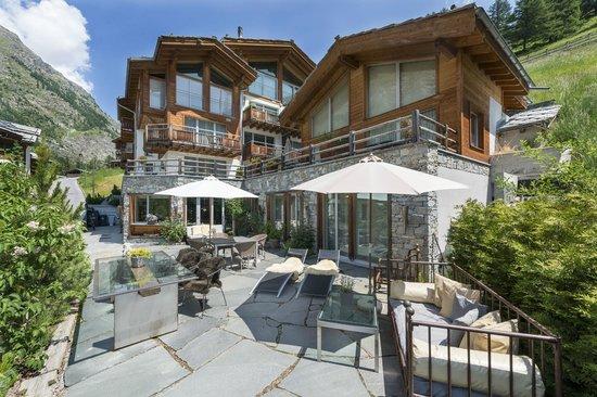 Alpenlodge: Aussenansicht und Terrasse Sommer