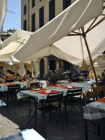 Trattoria delle Erbe : I tavolini all'aperto (piazza delle Erbe)