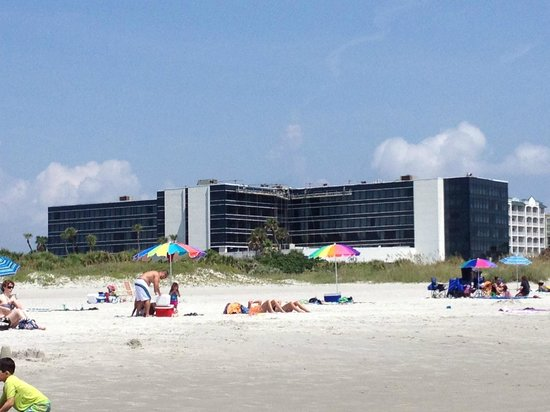 Hilton Cocoa Beach Oceanfront : Hotel view from the beach