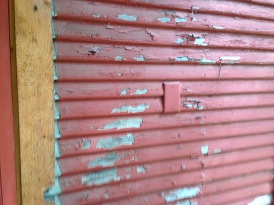 Union Creek Resort: Peeling paint both inside and out