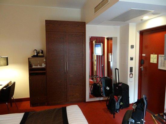Hotel Katajanokka: Closet, minibar and a safe inside the closet