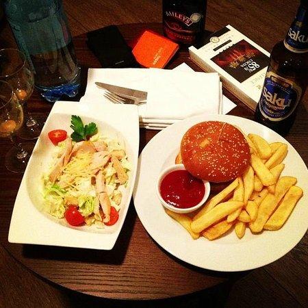 Kreutzwald Hotel Tallinn: Цезарь и гамбургер в номер из ресторана. 22 евро)