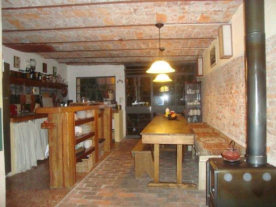 Colonia Suite Apartments: Sala e cozinha do hotel sem divisórias, excelente!