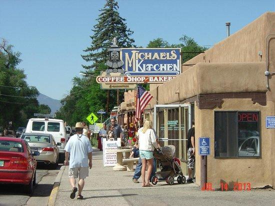 Michaels Kitchen Cafe & Bakery : Front entrance