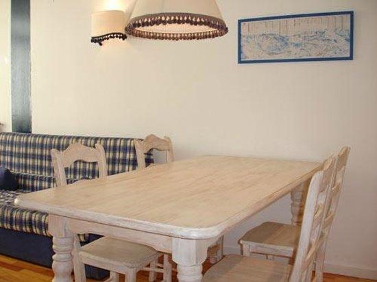 Apartamentos Pirineos: Mesa Comedor
