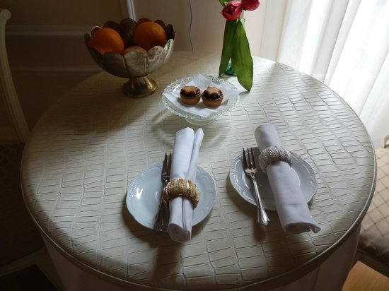 Granduomo Charming Accomodation: dining table