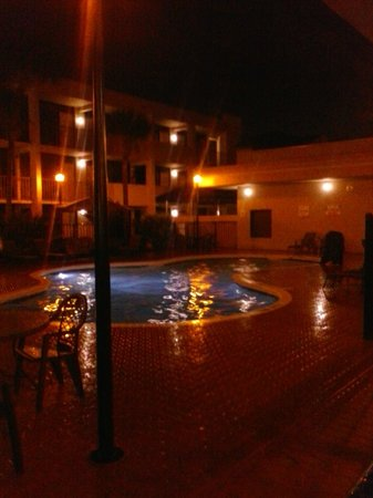 Travelodge Inn and Suites Orlando Airport: POOL AT NIGHT