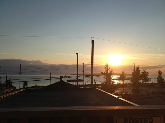 Powell River Harbour Guesthouse: View of sunset from hostel porch