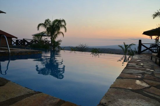 Bashay Rift Lodge: Swimming pool by sunset with crater behind