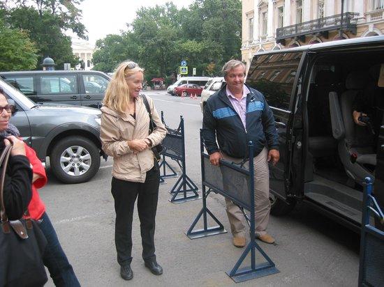 Guide Guru Private Day Tours: Hélèna, Serge et la voiture