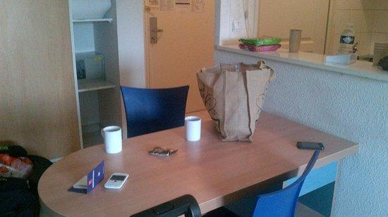 Sejours & Affaires Rive Gauche - Serris : Table chairs