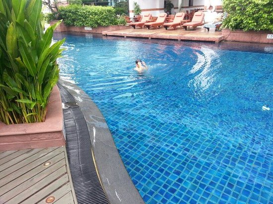 Plaza Athenee Bangkok, A Royal Meridien Hotel: Relaxing pool