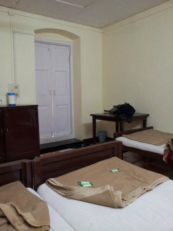 Hotel Woodlands Matheran: Worn out blankets