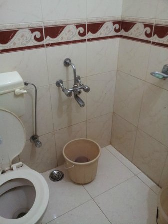 Hotel Woodlands Matheran: Unclean bucket and stained mug
