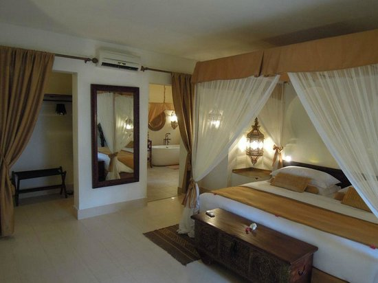 Baraza Resort & Spa: Yes; bathtube in the back is really like this